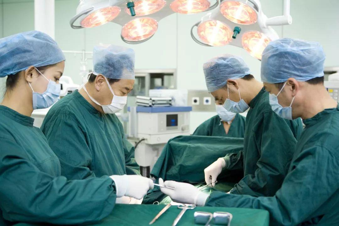 手术室医生为啥不穿白大褂?看完这篇文章长知识了️→